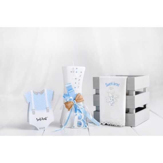 Komplet krstna vbočena sveča - črka + krstni prtiček angel kleči + voščilnica bodi